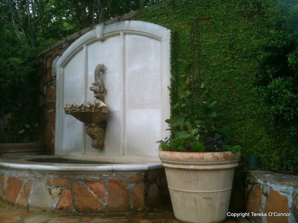 Garden tours southern plantations to french estates for Outdoor fountain fish